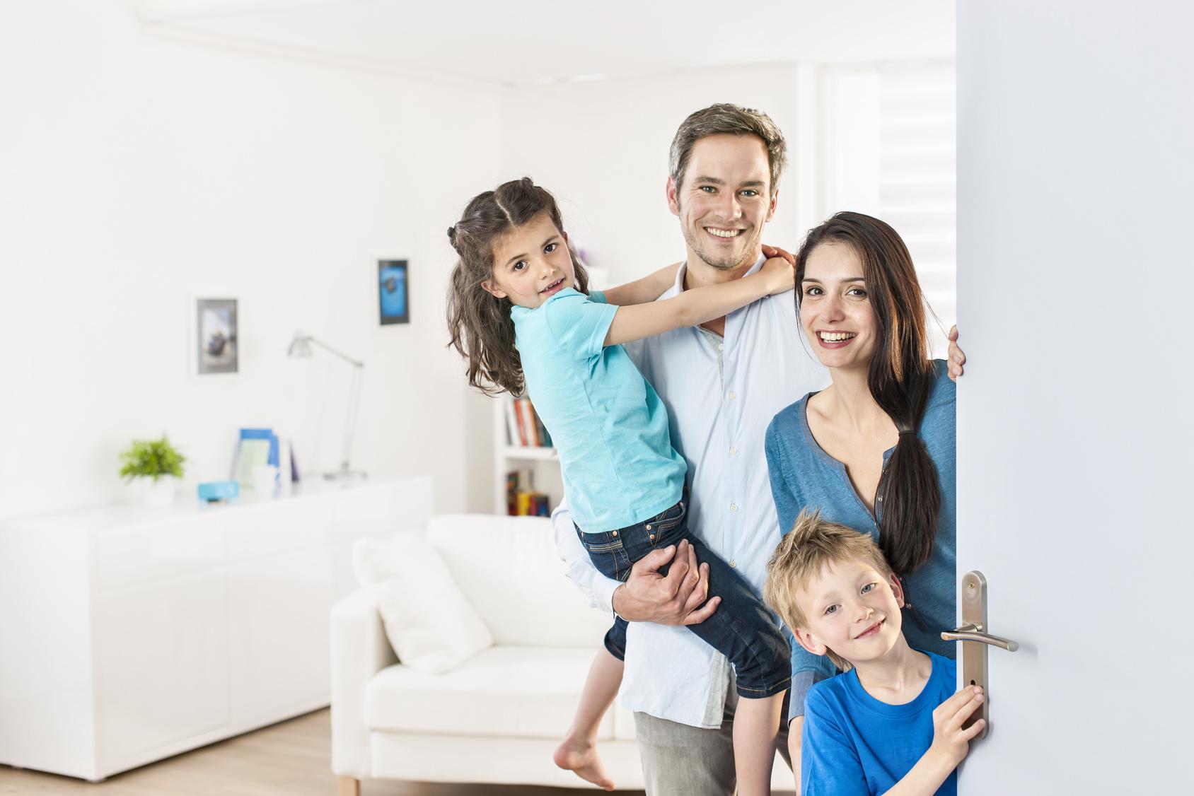 Famille sécurisée devant sa maison