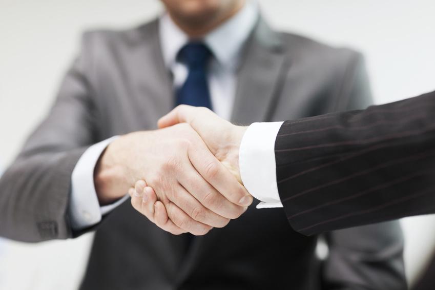 deux hommes se serrent la main : solutions professionnelles pour sécurisez votre entreprise